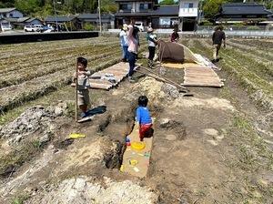 子どもは泥にまみれる.jpg