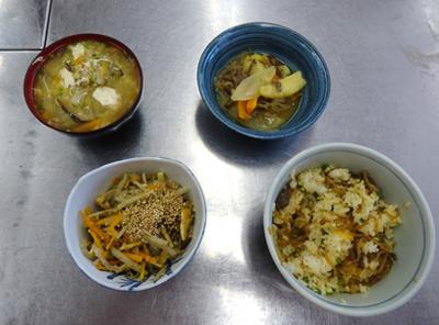容器の中の料理  自動的に生成された説明